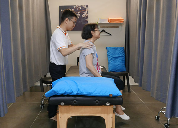 Physiotherapy: assessment on the muscle, joint and bone of the shoulders