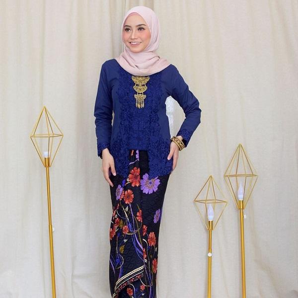 Wearing Kebaya Labuh with a brooch.