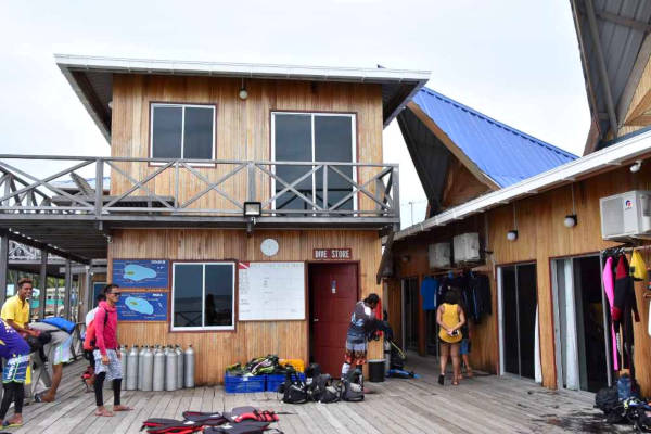 When it comes to water activities, Big John provides 3 snorkeling/dives per day with other water sports such as kayaking as well as diving courses certified by PADI. This is the open deck where the equipments are kept.