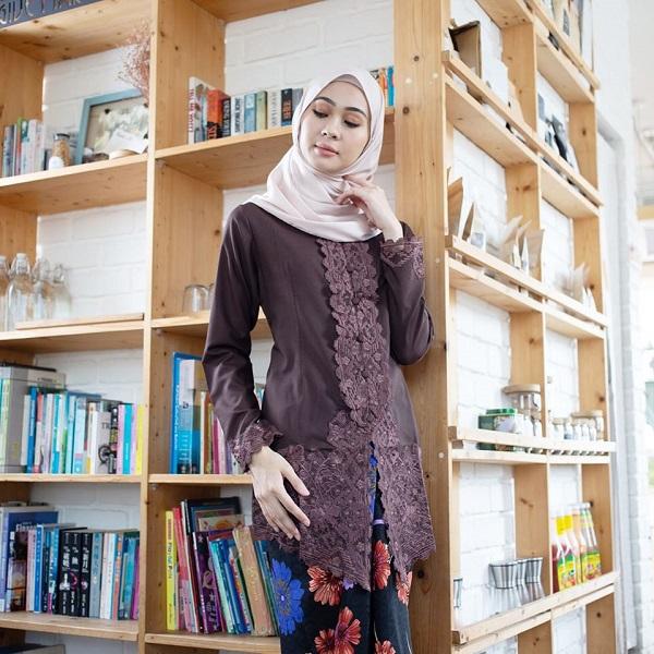 A model with Kebaya Sulam Qaleeda Dark Chocolate