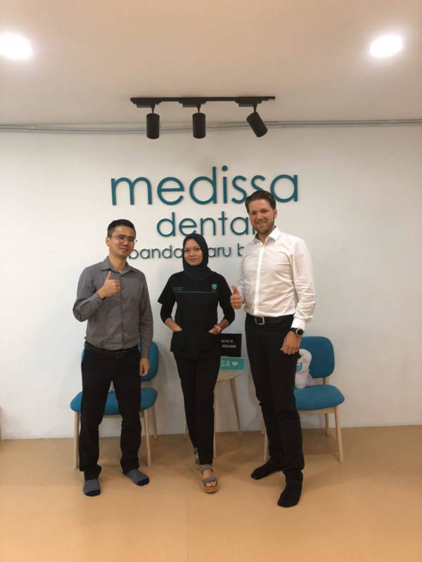 2 PATIENTS AND DR AIN ON CLEAR ALIGNERS TREATMENT.