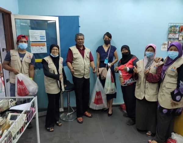 Carol Lee in the middle with the workers of Kampong Segambut Tengah Community, distributing food for the migrant workers