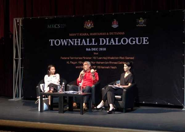 Community work of Carol Lee during the townhall meeting with Malaysia's Federal Territories Minister in 2018