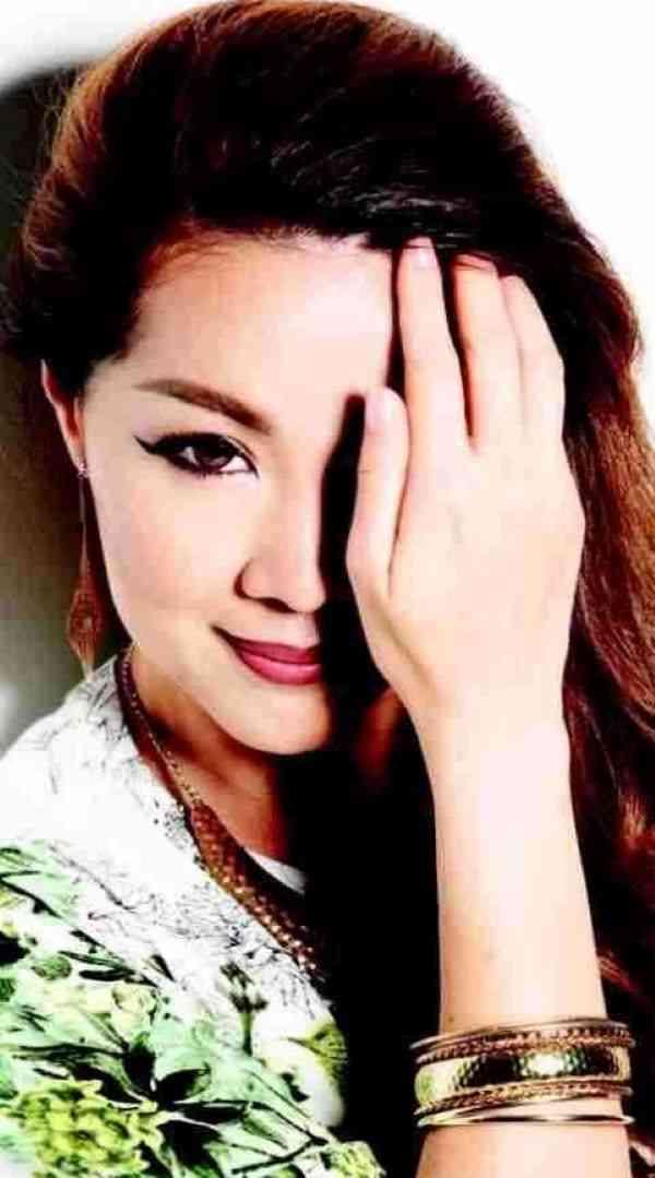 Carol Lee modelling for a fashion magazine