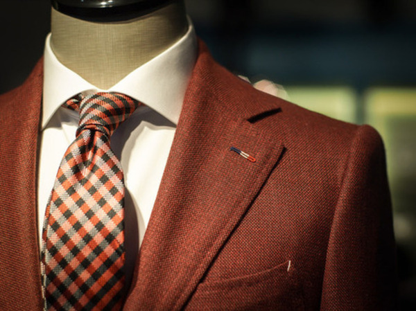 Brown suit displaying Milanese buttonhole