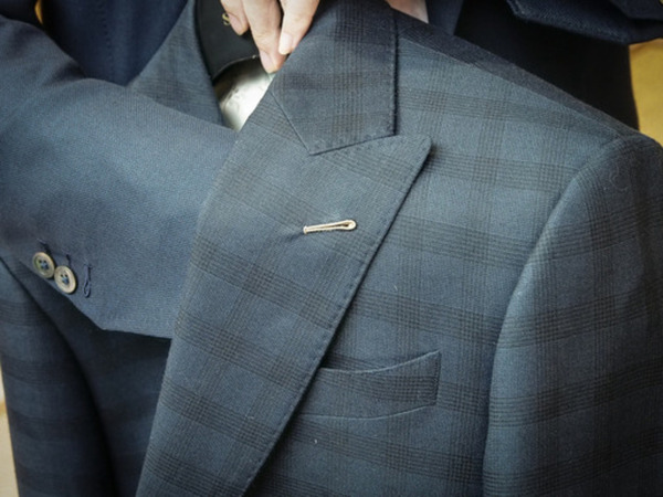 Hand-stitched Milanese button of a suit