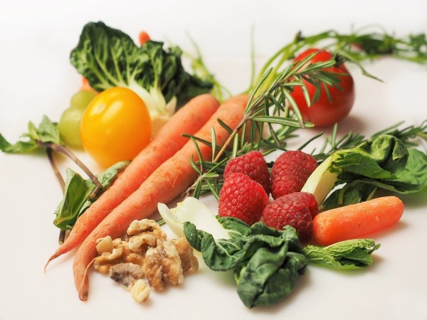 Mindful eating aids in making healthier food choices during mealtimes.