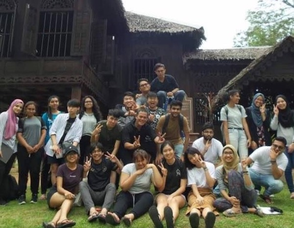 A photo of Atiqah's group in front of the Rumah Tok Su.