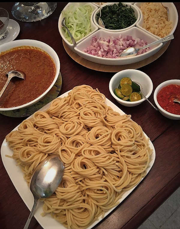 The components of Laksa Johor - the spaghetti, condiments and gravy.