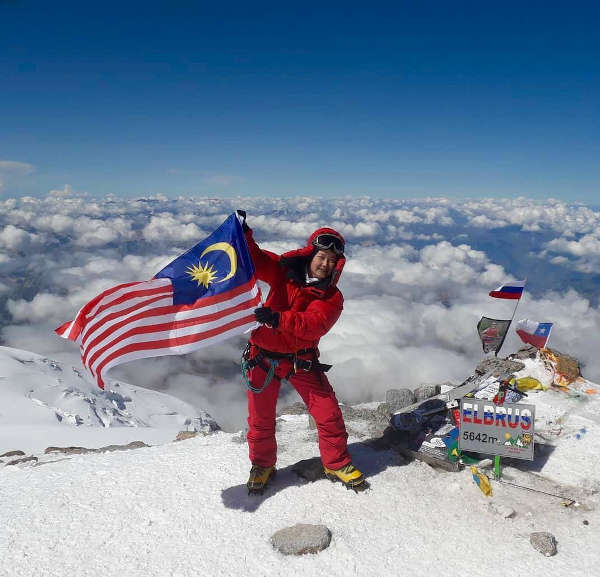 At the summit of Mount Elbrus, Leong Dee Lu proudly waves the Malaysian flag.