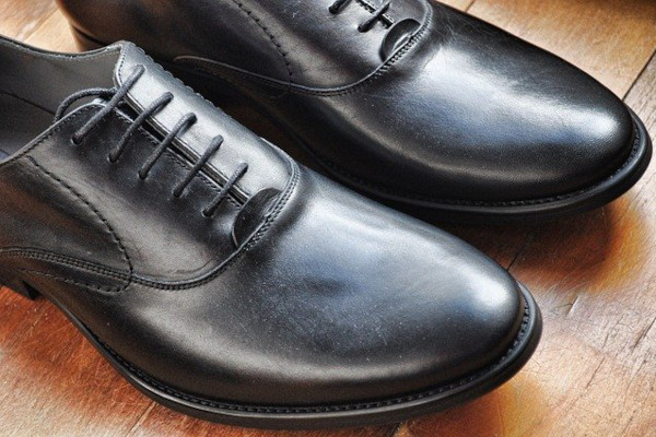 A pair of Oxfords in black smooth leather. This is the most formal of all dress shoes.